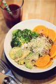Trio de quinoa, avocat, légumes crus, noix de cajou