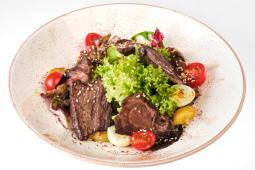 Теплий салат з телятиною, смаженими грибами (250г)