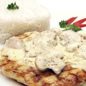 Filete de pollo a la parrilla en salsa de champiñones