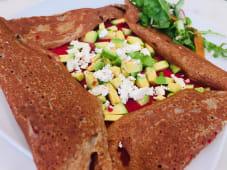 Crepe Abacate, Hummus de Beterraba e Feta
