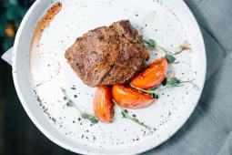 Стейк рибай зі шпинатом і томатами на грилі (300г)