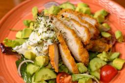 Salata cu piept de pui, avocado si salata colorata
