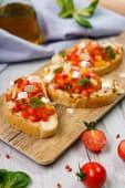 Брускетта з томатною сальсою і печеним перцем та фетою (180г)