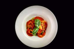 Ravioli de burrata con tomates cherry
