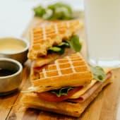 Waffle de Jamón y Queso Completo