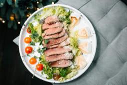 Теплий салат з ростбіфом та сиром гриль (240г)