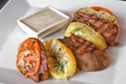 Стейк з язика з картоплею й соусом Бешамель (380г)