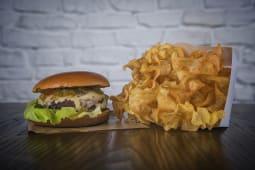 Burger cu brânză ardelenească maturată