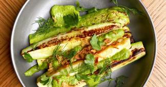 Запашні кабачки з печі з соусом із зелені (200г)
