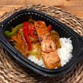 Wok de salmón con arroz japonés