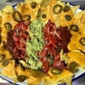 Nachos con guacamole y queso fundido