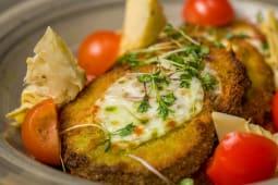 Vinete in crusta de Panko, gratinate cu sos pomodoro si anghinare