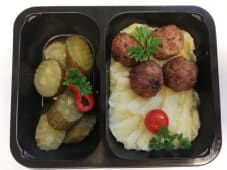 Chiftelute vita sau porc cu piure de cartofi si castraveti murati