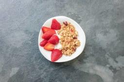 Iogurte Grego com Granola e Frutos Vermelhos