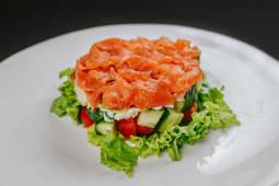 Salată stratificată cu somon