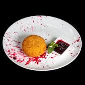 Сир Брі в паніровці з соусом з лісовіх ягід (250/50г)