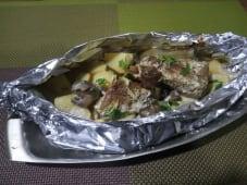 Свиняча вирізка, запечена з картоплею і грибами