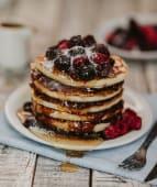 Torre de pancakes de frutos rojos