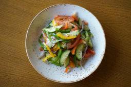 Салат из свежих овощей с заправкой на выбор (245 гр.)