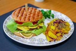 Burger vegan cu cartofi cu rozmarin
