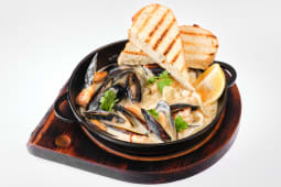 Пательня з морепродуктами у вершково-винному соусі (360г)