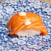Nigiri salmón con mayonesa wasabi