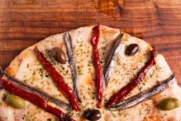 Pizza redonda con anchoas