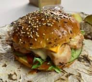 Бургер з куркою, картоплею фрі та томатним соусом (450г)
