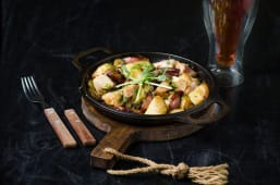 Пательня з улюбленою картоплею, ковбасками та м'ясом