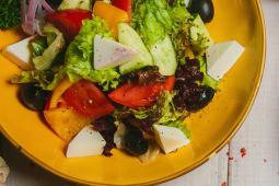 Салат из свежих овощей и сыром фета
