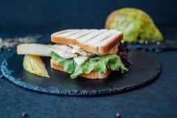 Корисний Сендвіч з запеченим курячим філе (180г)
