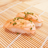 Nigiri de salmón flambeado (2 uds.)