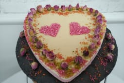 Tort raw vegan cu coacaze rosii si crema de vanilie