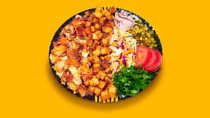 Kebab clasic de pui cu salate la farfurie