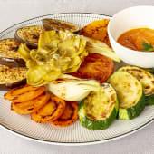 Verduras de temporada braseadas con salsa Romesco