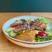 Салат з телятиною, авокадо і хурмою з печі під соусом вінегрет (250г)