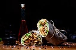 Spicy Asian Burrito cu pastrama de pui