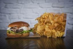 Burger cu brânză de capră și dulceață de smochine