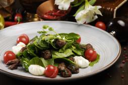 Ароматний салат з телятиною, шпинатом та яйцями пашот (200г)