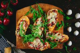 Bruschete cu pâine de casă, roșii și mozzarella