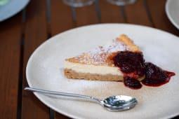 Cheesecake cu sos de fructe de padure