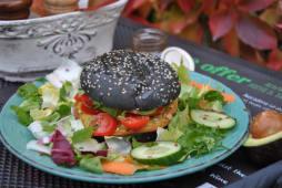 Vegan Avocado Burger cu salata mixt