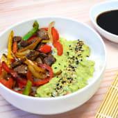 Ensalada chirashi con Lomo, mix de verduras y guacamole