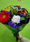 Bouquet mediano con flores coloridas y papel