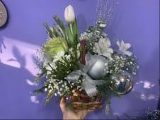 სახალწლო კომპოზიცია ცოცხალი ყვავილებით