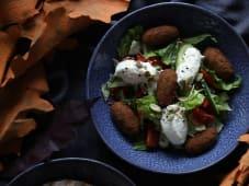 Салат овочевий з фалафелем та козячим сиром (250г)