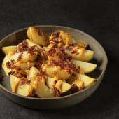 Patatas bravas con virutas de jamón