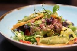 Tártaro de atum e abacate com lima, coentros e maionese