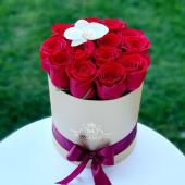 Trandafiri & orhidee in cutie rotunda aurie 230 lei