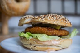 Bejgl sa veganskim burgerom